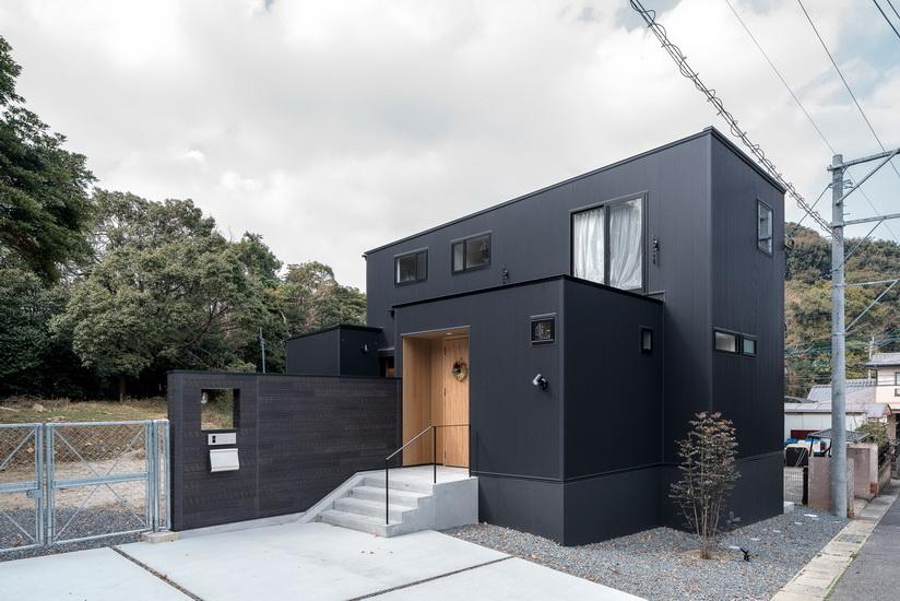 บ้านสไตล์คลาสสิกสีดำ